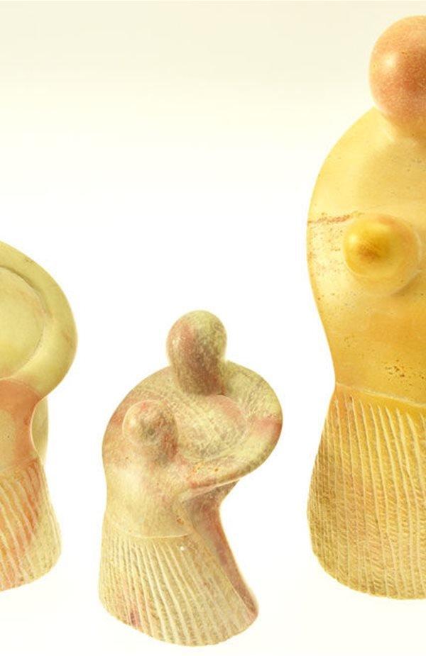 Abbraccio materno scultura lavorata interamente a mano da artisti kenioty. in pietra steatite o saponaria.