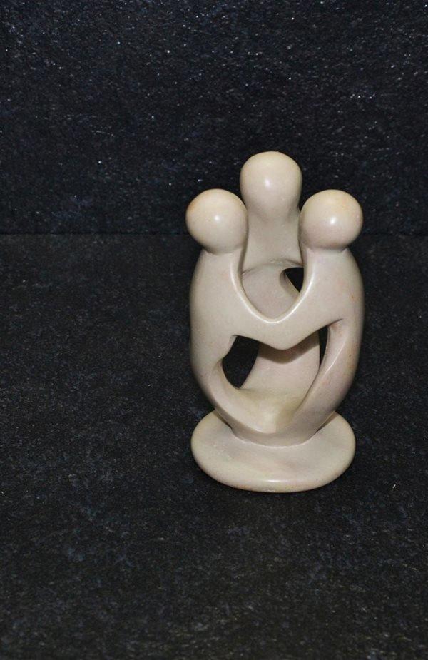 Amicizia scultura lavorata interamente a mano da artisti kenioty. in pietra steatite o saponaria.