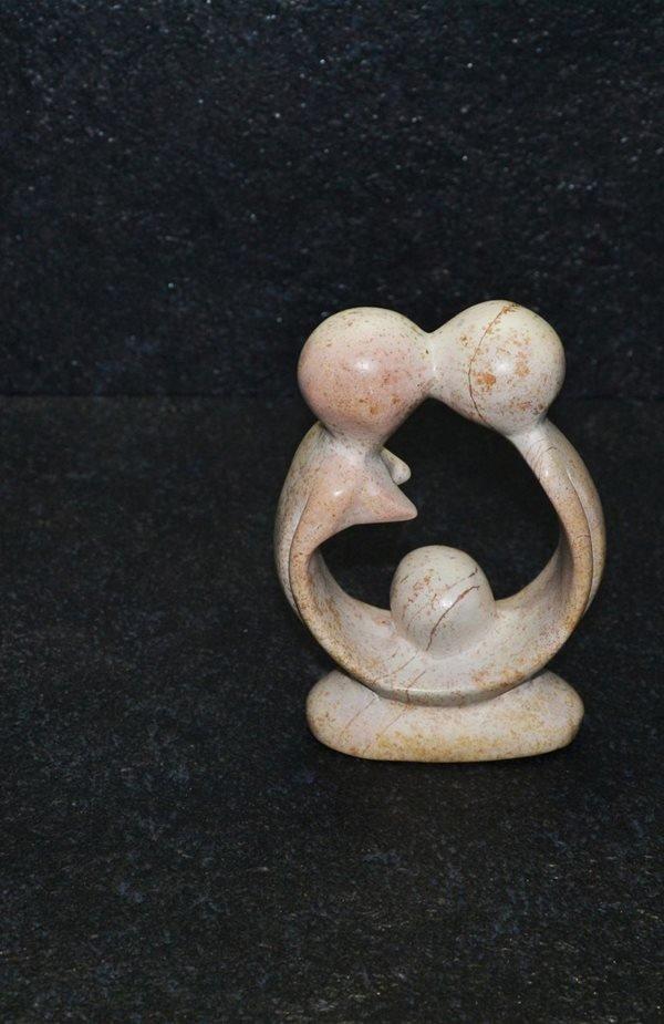 Amore fertile scolpito interamente a mano da artisti kenioty. in pietra steatite o saponaria.