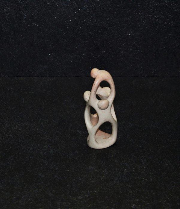 Acrobati, famiglia patriarcale. scultura interamente lavorata a mano da scultori kenioty, in pietra steatite o saponaria.