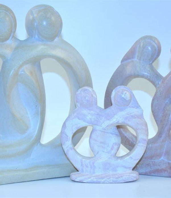 Anelli d'amore scolpiti interamente a mano da artisti kenioty. in pietra steatite o saponaria.