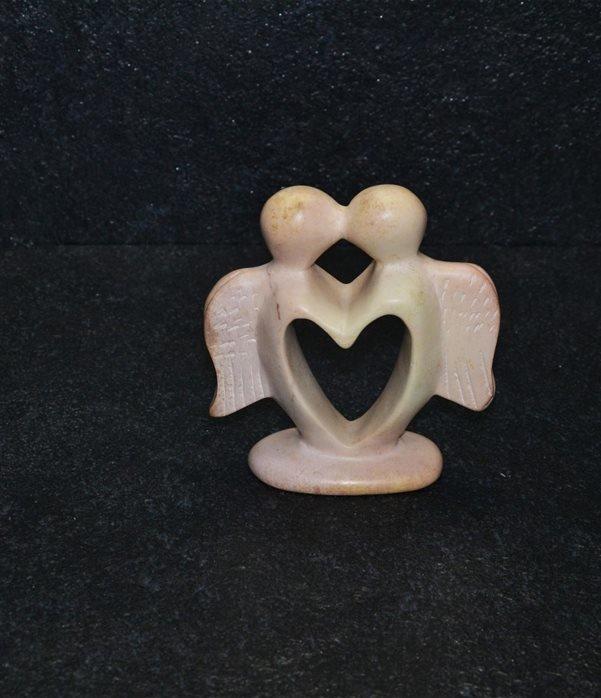 Angel heart scultura interamente lavorata a mano artisti kenioty. in pietra steatite o saponaria.