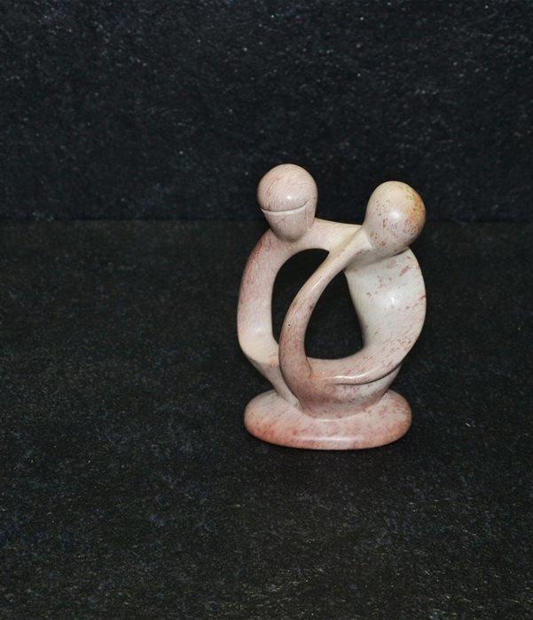 Bobu lovers, scultura interamente lavorata a mano da artisti kenioty. in pietra steatite o saponaria